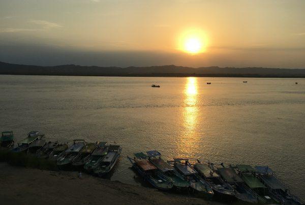 Sunset on the Irrawaddy, Burma. Photo Sam Greenwood, avec son aimable autorisation